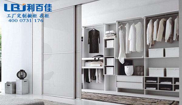 整体衣柜定制好还是成品衣柜好?真的好纠结