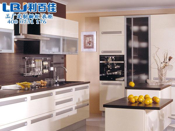耐高温的厨房橱柜定制该选哪种材料?利百佳告诉你