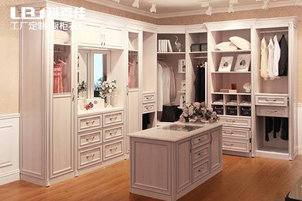 卧室到底是定制衣柜呢,还是买现成的衣柜好?