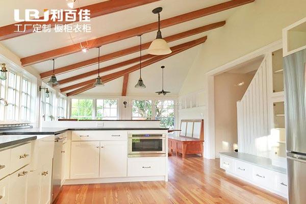 旧厨房改造你会选择瓷砖橱柜还是定制整体橱柜呢?
