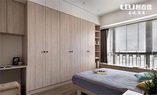 卧室定制嵌入式衣柜和购买成品衣柜哪一种更好