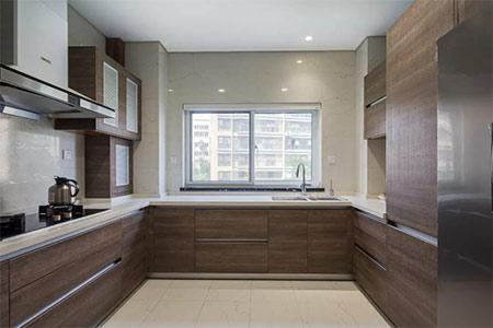 U字型的木质橱柜轻松打造一个高品质厨房