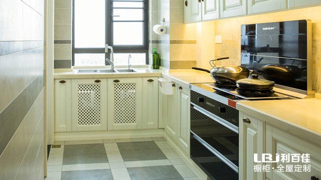 橱柜装修案例:操作台面高度不合理,做饭洗碗太费力 对于经常做饭的人来说,厨房生活过得好坏,主要看橱柜的设计。哪怕只有两三厘米的台面高度差距对操作舒适度也有很大影响! 拿直线型厨房举例:厨房台面设计为85cm,对于一个155cm的女生来说,这样的台面高度偏高,她烧菜的时候要一直耸着肩。想想父母一餐烧四五个菜,一直保持耸肩姿势,肩膀也是压力山大啊~  【正确解锁1】操作台的高度设计前,先弄清谁是经常下厨房的人。 厨房的设计应从减轻操作者劳动强度、方便操作者使用等方面来考虑。 直线型厨房建议:灶具安装的高度要根